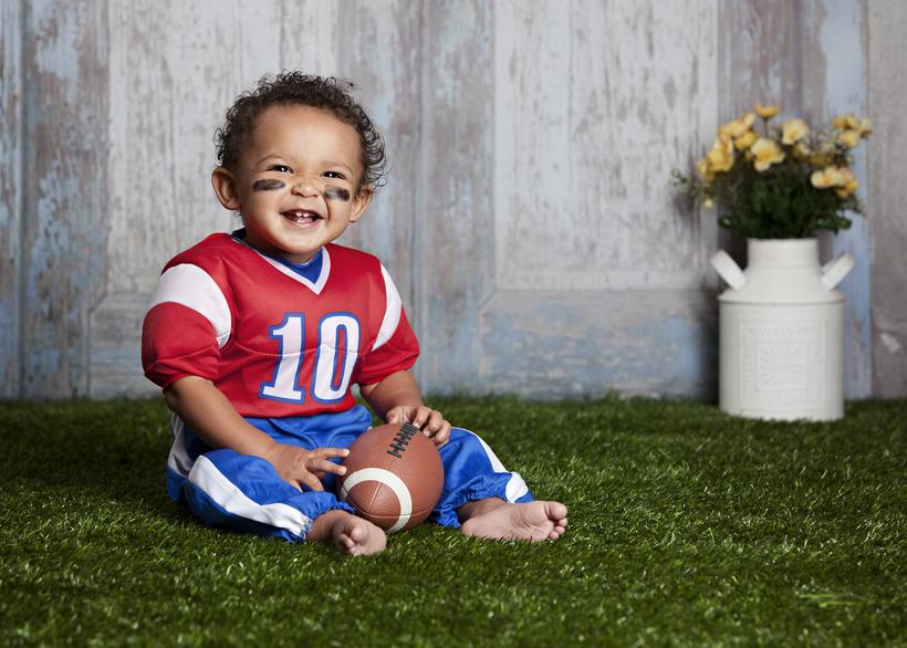 Kleinkind als Footballspieler
