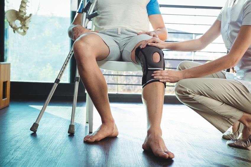 Physiotherapeutin untersucht Knie