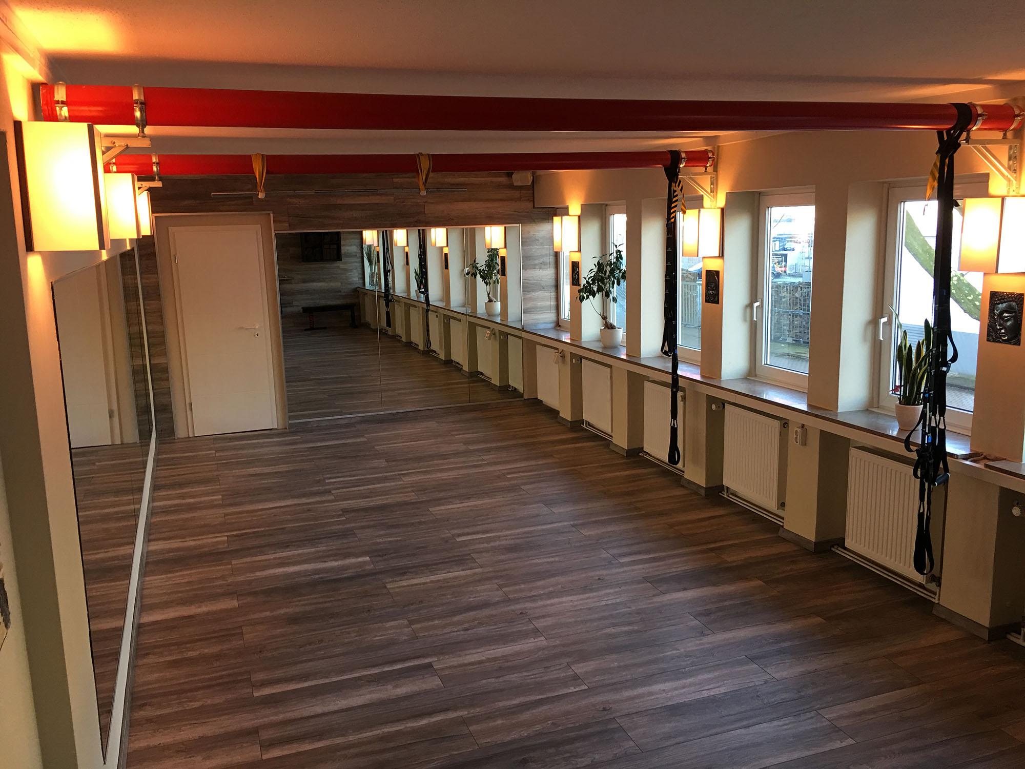 Der neue Kursraum im TherapieCentrum Fred Elges mit Blick auf die Tür