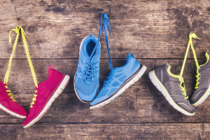 Sportosteopathie Herne: Sportschuhe liegen auf Holdzplatte